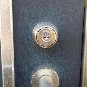 MIWAのU9の鍵に交換をしたマンションの玄関ドア