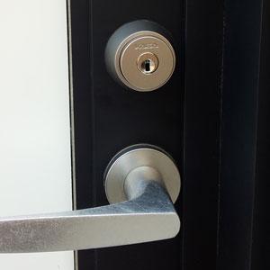 店のドアに交換した鍵KABAのカバエース
