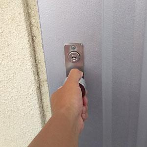 開錠作業後のアパートの玄関ドア