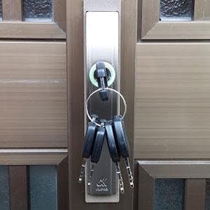玄関引き戸についたALPHAのF-4056