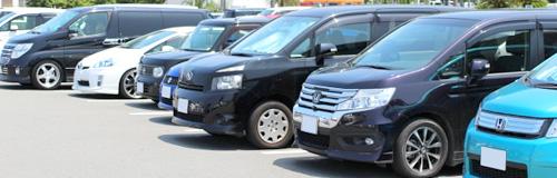 駐車場に並ぶ自動車